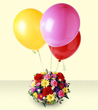 Mixed basket of 15 flowers with 3 balloons.